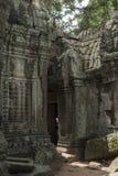 Vista de uma porta de um salão do templo de Ta Prohm em Angkor fotos de stock
