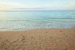 vista de uma praia antes do por do sol Imagens de Stock Royalty Free