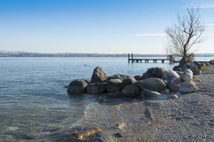 Vista de uma praia de Garda do lago durante o inverno, de Peschiera del Peixe-agulha Fotos de Stock