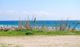 Vista de uma praia do paraíso vista do litoral e de algumas plantas Fotos de Stock