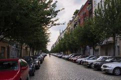 Vista de uma rua de Berlim um a noite do verão imagem de stock