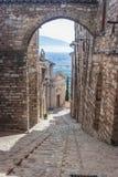 Vista de uma rua em Spello, Úmbria, Itália imagens de stock