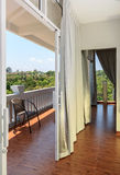 Vista de uma sala vazia branca moderna Fotos de Stock Royalty Free