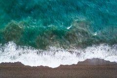 Vista de un abejón en la playa, foto aérea del abejón de la visión superior de aturdir la playa coloreada del mar Fotografía de archivo libre de regalías
