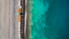 Vista de un abejón en la playa, foto aérea del abejón de la visión superior de aturdir la playa coloreada del mar Fotografía de archivo