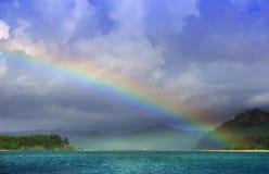 Vista de un arco iris de la isla del ensueño Foto de archivo libre de regalías