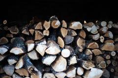 Vista de un bulto de firewoods en la vertiente fotografía de archivo
