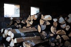 Vista de un bulto de firewoods en la vertiente imagenes de archivo
