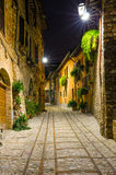Vista de un callejón pavimentado de Spello en la noche, Umbría, Italia Imagen de archivo