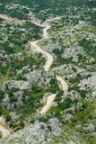 Vista de un camino de la montaña desde arriba Foto de archivo