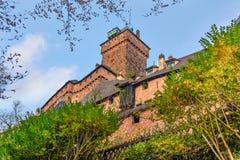 Vista de un castillo viejo de Haut-Koenigsbourg o de la fortaleza en una cumbre Imagen de archivo libre de regalías