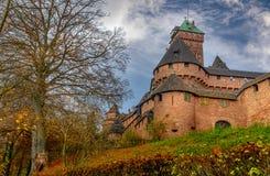 Vista de un castillo viejo de Haut-Koenigsbourg o de la fortaleza en una cumbre Imagenes de archivo