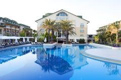 Vista de un centro turístico moderno con la piscina en Belek, Antaly Imagen de archivo