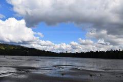 Vista de un cielo azul, nubes blancas en un día soleado El agua está encontrando una manera Fotos de archivo