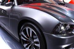 Vista de un coche moderno bajo un azul skay. Fotografía de archivo libre de regalías