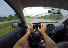 Vista de un conductor caucásico en una carretera en 100 kilómetros por hora en el Brasil fotografía de archivo