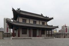 Vista de un edificio chino tradicional de los terraplenes de la pared de la ciudad de XiÂ'an - Imagen fotos de archivo libres de regalías
