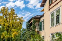 Vista de un edificio histórico en la ciudad hermosa de Merano en el Tyrol del sur, Italia Imagen de archivo libre de regalías