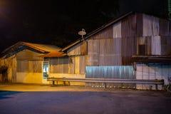 Vista de un edificio industrial viejo del hierro acanalado en la noche fotos de archivo libres de regalías