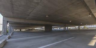 Vista de un estacionamiento cubierta espacioso foto de archivo libre de regalías