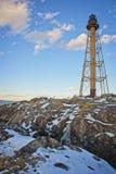 Vista de un faro durante un día claro en el invierno fotos de archivo