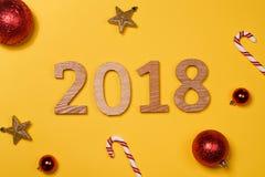 Vista de un fondo 2018 de la Feliz Año Nuevo con decorati de la Navidad Imagen de archivo