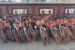 Vista de un grupo grande de bicis de alquiler en Pekín fotos de archivo