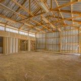 Vista de un interior del granero con el tejado y la pared del metal imagen de archivo libre de regalías
