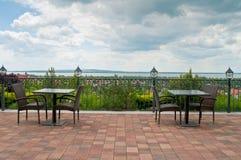 Vista de un lago con el cielo nublado - restaurante Fotos de archivo