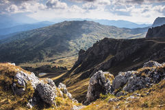 Vista de un lago de la montaña Fotografía de archivo