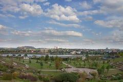 Vista de un parque público y de un río Fotos de archivo