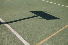 Vista de un patio del baloncesto imagenes de archivo