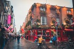 Vista de un pub famoso en el área de la barra del templo en Dublín central fotos de archivo
