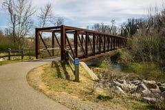 Vista de un puente del metal en el Greenway del río de Roanoke fotografía de archivo libre de regalías