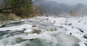 Vista de un río de la montaña en los Cárpatos en invierno almacen de video