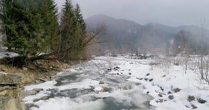 Vista de un río de la montaña en los Cárpatos en invierno metrajes