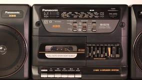 Vista de un registrador de cinta de audio viejo aislado en fondo Fondo hermoso almacen de metraje de vídeo