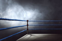 Vista de un ring de boxeo regular rodeado por las cuerdas azules imagenes de archivo