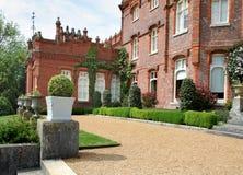 Vista de un señorío y de un jardín ingleses Fotografía de archivo