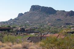 Vista de un sistema del área residencial contra las montañas foto de archivo