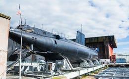 Vista de un submarino exhibido en orilla en la base submarina alemana de la guerra mundial 2 anteriores de Lorient, Bretaña foto de archivo libre de regalías