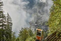 Vista de un teleférico de Hallstatt de la estación superior que lleva a una opinión del skywalk en Austria con la niebla en el fo imagen de archivo