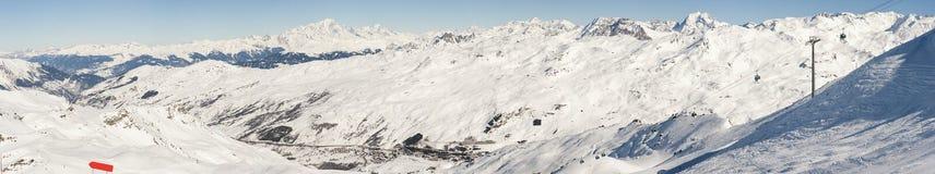 Vista de un valle nevoso de la montaña Fotos de archivo libres de regalías