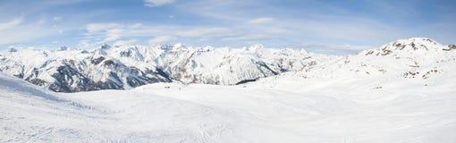 Vista de un valle nevoso de la montaña Imagenes de archivo