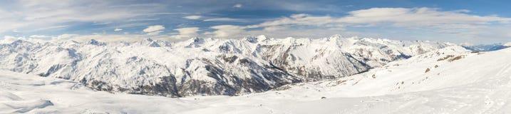 Vista de un valle nevoso de la montaña Imágenes de archivo libres de regalías