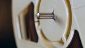 Vista de una bobina blanca, haciendo girar en un registrador metrajes