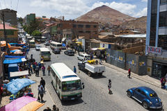 Vista de una calle muy transitada en la ciudad de Potosi con el Cerro Rico en el fondo Imágenes de archivo libres de regalías