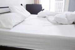 Vista de una cama sin hacer Imagenes de archivo