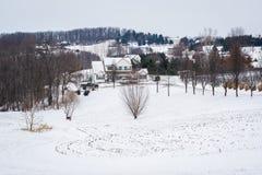 Vista de una casa y de una Rolling Hills nevada, cerca de Glenville, Foto de archivo