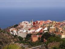 Vista de una ciudad colorida en la media altura en el norte de Tenerife fotos de archivo libres de regalías
